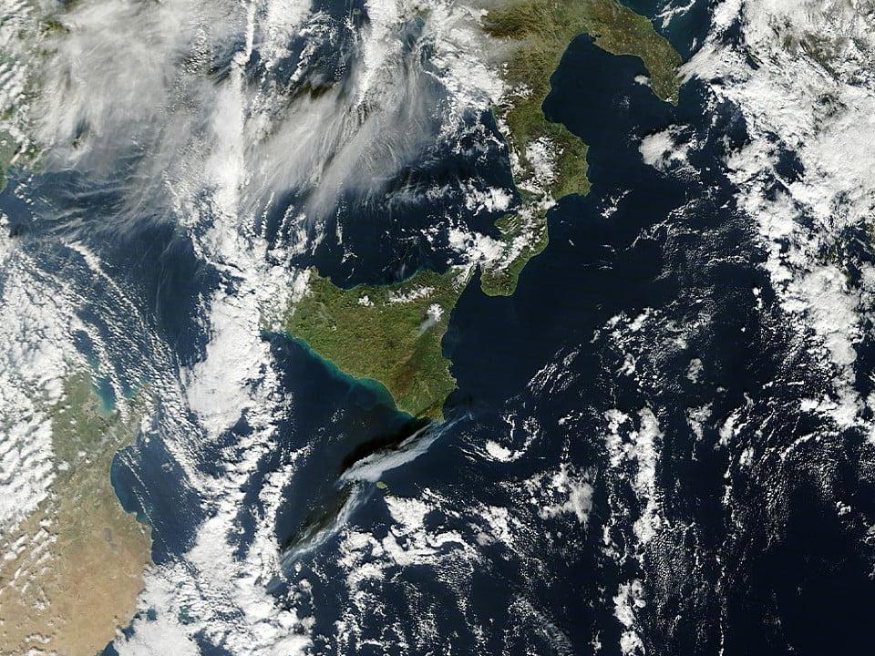 L 39 eruzione dell 39 etna vista dal satellite ecco dov 39 for Cenere vulcanica