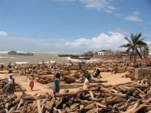 Gli effetti delle forti mareggiate che hanno colpito le coste orientali del Madagascar durante il transito di un ciclone tropicale sull'isola
