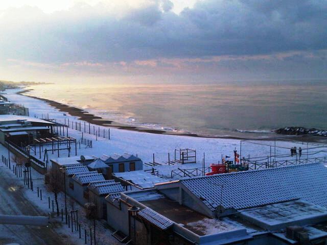 Matrimonio Spiaggia Ladispoli : La spiaggia di ladispoli roma imbiancata le foto un