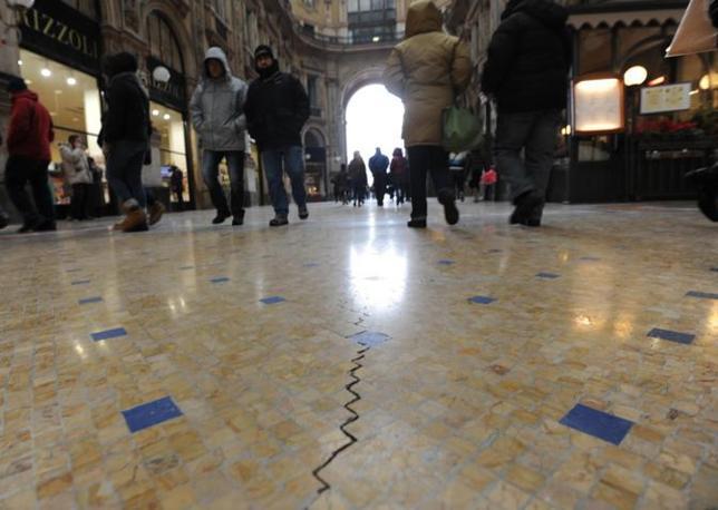 A causa del freddo crepe nel pavimento della galleria di milano meteo web - Crepe nelle piastrelle del pavimento ...