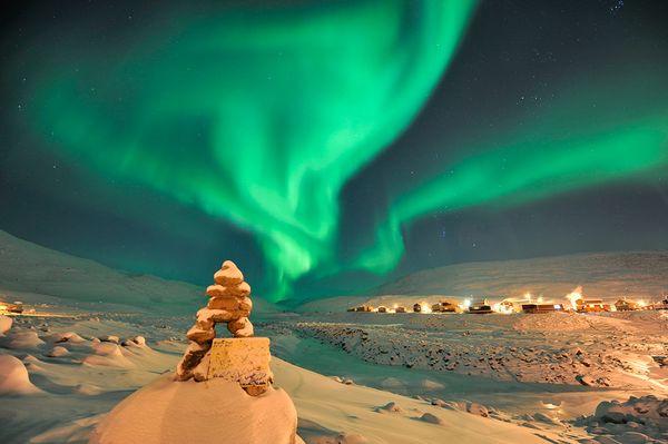 Un 39 aurora boreale sullo sfondo di un inukshuk scopriamo for Aurora boreale sfondo