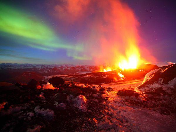 Scintillante aurora boreale sullo sfondo di un 39 eruzione for Aurora boreale sfondo