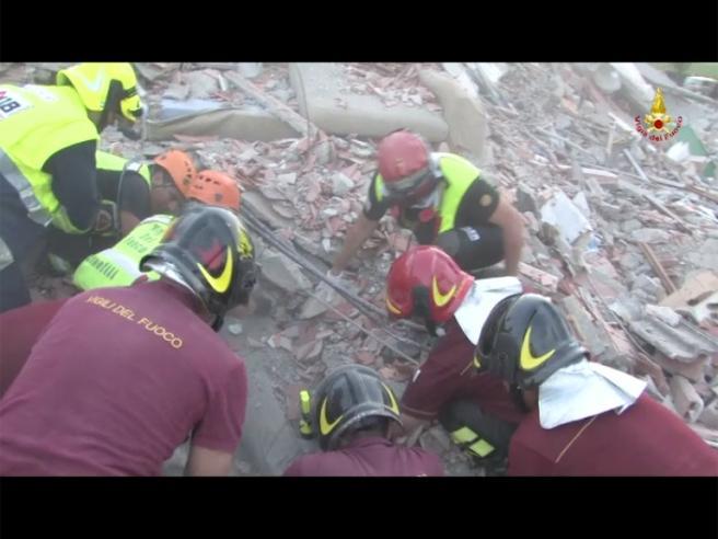 Terremoto emilia altre immagini impressionanti con i - Letto anti terremoto ...