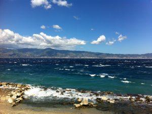Stretto di Messina con intenso vento da N-NO sulla riva reggina