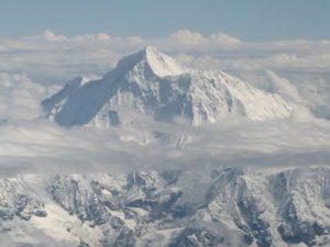 La cima dell'Everest con i suoi 8848 metri svetta fra le nubi che si formano sul versante sud dell'Himalaya
