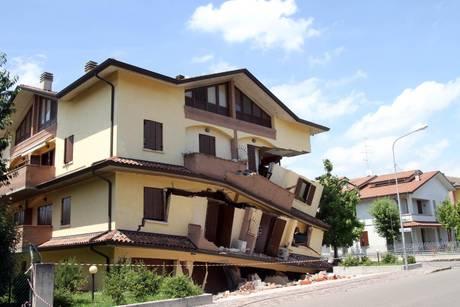 Terremoto oggi la visita di napolitano qui c 39 l 39 italia migliore gli applausi non li merito - Casa senza fondamenta terremoto ...