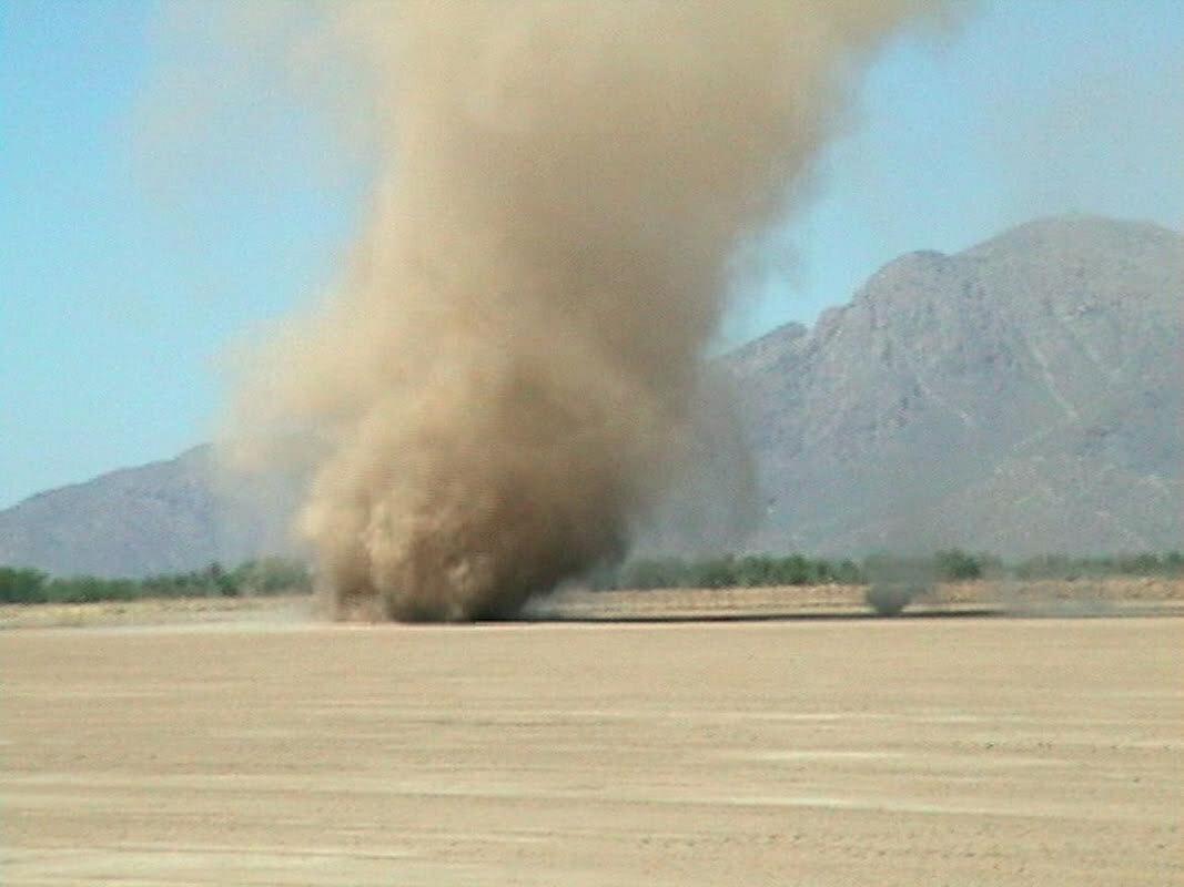"""Incredibile ai mondiali di ciclismo in Qatar: spaventosi """"dust devil"""" nel deserto di Doha sfiorano il gruppo [LIVE]"""