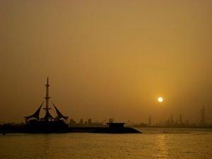 """Cielo offuscato dalla polvere desertica sopra l'area portuale di Kuwait City dpo una delle tante giornate """"roventi"""""""