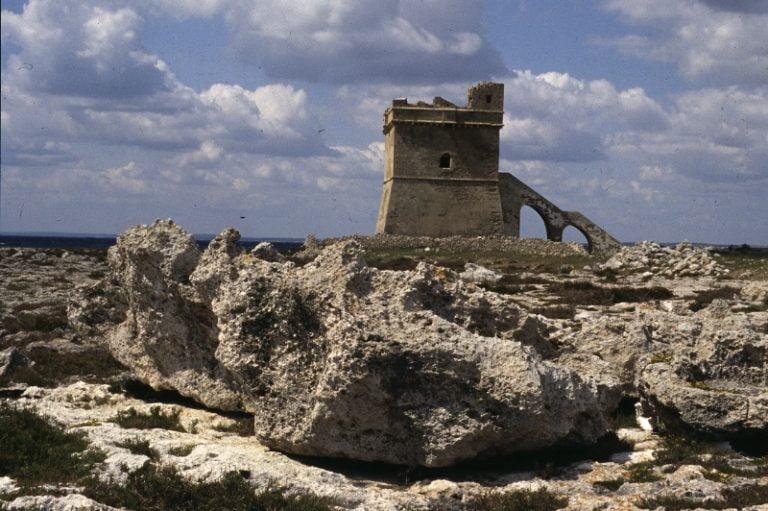 Blocchi rocciosi nei pressi di Torre Squillace, sul litorale ionico pugliese, pochi km a nord di Gallipoli. Nel lontano passato anche il golfo di Taranto è stato interessato da tsunami