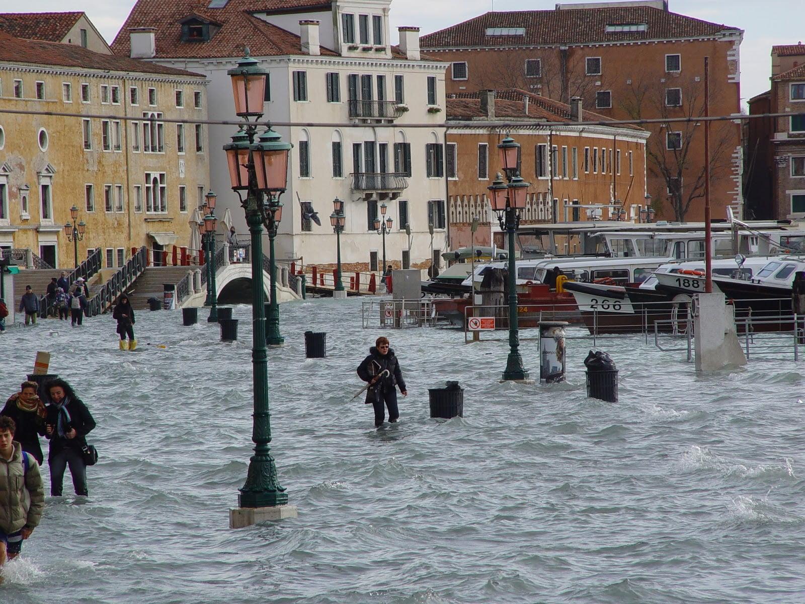 Dell Acqua Alta Tipico Di Venezia E Della Sua Laguna In Condizioni