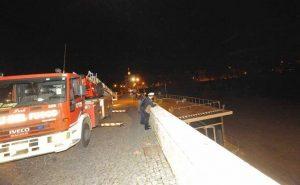 Barconi alla deriva sul Tevere s'incagliano tra le arcate di Ponte Milvio foto proto