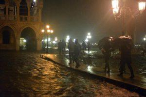VENEZIA 01/11/12 - Alta marea a quota 143 cm slm, alle ore 1.40 di stanotte a san Marco.