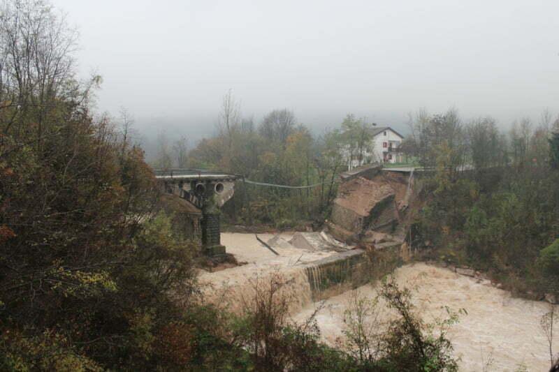 maltempo crolla ponte sul fiume paglia nel viterbese