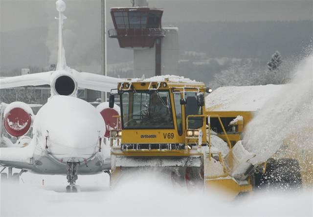 Aeroporto Zagabria : Neve e gelo in europa voli cancellati a parigi