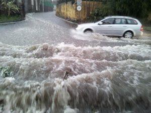 >>>ANSA/ MALTEMPO:NUBIFRAGIO SU CATANIA,AUTO TRAVOLTE IN PIAZZA DUOMO