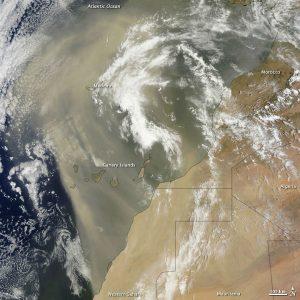 Enorme nuvola di sabbia sahariana espulsa verso l'Atlantico