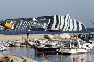 La nave da crociera Costa Concordia sta per affondare dopo essersi incagliata davanti all'isola del Giglio