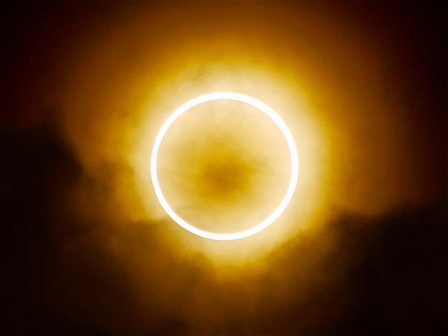 L'eclissi solare anulare incanta il mondo a Santo Stefano