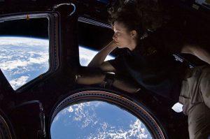 Tracy Caldwell-Dyson nel modulo Cupola, osserva la Terra sotto di lei, durante la missione Expedition 24. Credit: NASA