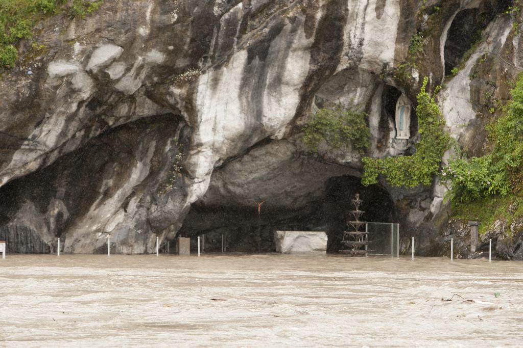 piogge torrenziali sui pirenei nuova alluvione a lourdes. Black Bedroom Furniture Sets. Home Design Ideas