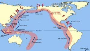 """Il cosiddetto """"anello di fuoco"""" che circonda l'intero Oceano Pacifico. Sulla sinistra della cartina la """"fossa di Giava"""" ed il Krakatoa, teatro della grande catastrofe nel 1883 (da Wikipedia)"""