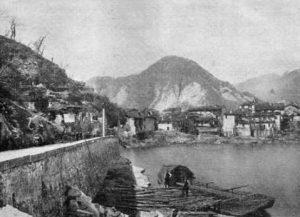 """Il borgo di Feriolo, sulla sponda occidentale del Lago Maggiore, semidistrutto da una frana nel 1867. Lo scoscendimento sarebbe stato originato da un fenomeno noto come """"avvallamento di sponda"""" che avrebbe provocato il cedimento dell'intero versante, scivolato verso il fondo del lago, trascinando via case e persone. 17 le vittime accertate"""