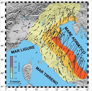 Figura 4. Velocità orizzontali medie dei siti GPS nel periodo 2001-2012. Le frecce indicano la velocità dei siti rispetto alla placca euroasiatica. La parte orientale della penisola italiana registra movimenti di almeno 5 mm all'anno in direzione nord-est (da Mantovani et alii, 2013)