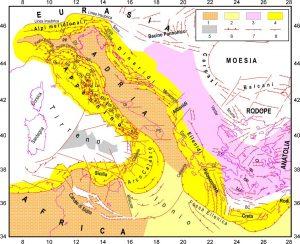 """Figura 5. Il quadro tettonico nell'area mediterranea centrale. 1 = dominio continentale Africa-Adriatico, con la """"microplacca"""" Adria che si incunea in Pianura Padana; 2 = dominio oceanico ionico; 3 = fascia metamorfica anaoltica-egea-balcanica; 4 = principali fasce orogeniche; 5 = piana batiale del bacino tirrenico; 6-7-8 = principali lineamenti tettonici compressionali, estensionali e trascorrenti (da Mantovani et alii, 2013)"""