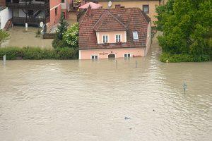 Hochwasser_Haus_unter_APA