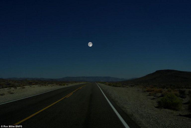 Ron Miller ha utilizzato questa foto della Luna nella Death Valley in California come base per le sue illustrazioni