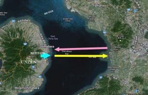 """Lo schema dello tsunami del 1792. La freccia celeste rappresenta l'enorme frana che si stacca dal monte Mayuyama e precipita in mare. La freccia gialla indica il movimento delle onde, alte fino a 10 metri, generate dal movimento franoso: si dirigono ad est e colpiscono la costa orientale della baia di Ariake. La freccia rosa indica invece il percorso delle onde """"di ritorno"""" le quali, come se """"rimbalzassero"""", tornano indietro, vero ovest, fino a colpire la città di Shimabara. La catastrofe produsse circa 15mila vittime (da Googlemaps, modificata)"""