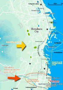 Una mappa attuale della città di Shimabara. In basso il percorso dei flussi piroclastici dovuti all'eruzione del 1991. Al centro, in giallo, l'area teatro del movimento franoso del 1792. Le isolette circondate dall'ovale giallo tratteggiato rappresentano il residuo odierno dei detriti scivolati in mare (da Cities on Volcanoes 5, 2007)