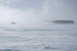 antarctic-base-mountains-storm_12150_600x450