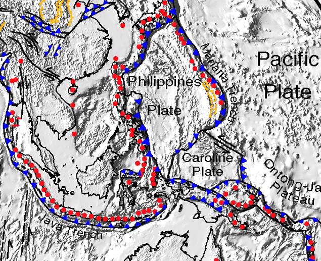 """Lo schema delle placche tettoniche che circondano l'arcipelago delle Filippine. La subduzione tra la """"placca delle Filippine"""" e le circostanti genera terremoti distruttivi, i cui epicentri storici sono rappresentati dai cerchi rossi. Le linee con i triangoli blu rappresentano invece i margini di subduzione. Il terremoto del 1976 è legato a questo schema tettonico (da Wikipedia)"""