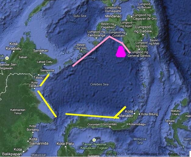 Il Mare di Celebes, teatro dello tsunami del 1976. Il triangolo fucsia rappresenta l'area epicentrale. La linea rosa indica le coste dell'isola di Mindanao e l'arcipelago di Sulu colpiti duramente dallo tsunami. Le linee gialle indicano le coste indonesiane in cui le onde arrivarono nel giro di 45-60' dal sisma ma senza creare danni ingenti, con altezze dell'ordine di alcuni decimetri (da Googlemaps, modificata)
