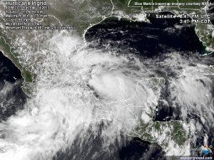 """In questa immagine satellitare si nota benissimo come l'uragano """"Ingrid"""", sul golfo del Messico, cominci ad interagire con la circolazione umida della tempesta tropicale """"Manuel"""", che borda le coste pacifiche messicane."""