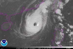 """Il tifone """"Krosa"""" in azione sul mar Cinese Meridionale. Si nota il vasto occhio centrale al centro del profondo ciclone tropicale"""