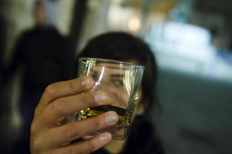 Tendenze alcol: adulti bevono meno, giovani presto con ''binge drinking''