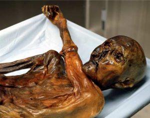 Il corpo di un soldato e la mummia di un camoscio di 400 anni: i ghiacciai italiani si ritirano e riemergono pezzi di storia [FOTO]