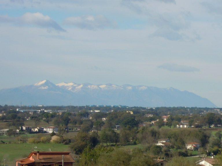 Fig.2 - I Monti Lepini innevati nei pressi di Frosinone