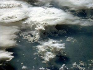 Temporali amazzonici osservati dallo spazio (credit NASA)