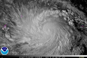 """Il super-tifone """"Hainyan"""" durante la fase di intensificazione sopra le caldissime acque del mar delle Filippine (credit NOAA)"""