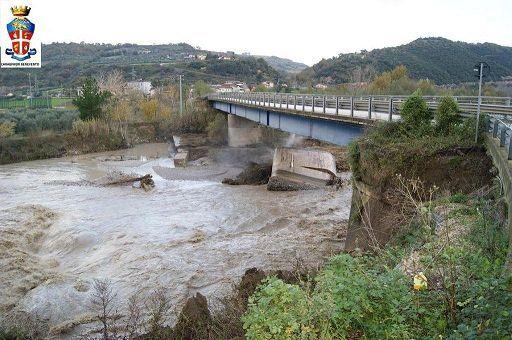 Maltempo cgil crollo pilastro del ponte sul fiume for Cabine sul bordo del fiume