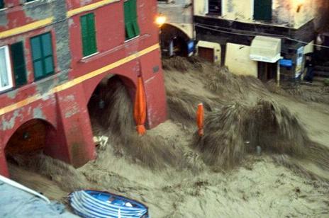 Figura 19: effetti del fenomeno alluvionale, nei pressi del porto, che ha devastato l'abitato di Vernazza senza preavviso.