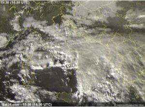 Figura 4: il sistema convettivo a V, in azione tra la Sicilia nord-orientale e la Calabria