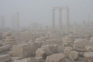 Il sito archeologico di Palmyra avvolto dalla nebbia