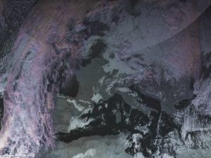 """Si notano le bande nuvolose """"lineari"""" che scorrono fra il mar Egeo e l'isola di Creta, segnando la traiettoria dell'aria fredda, di matrice artica marittima continentalizzata, che invade il Mediterraneo orientale"""