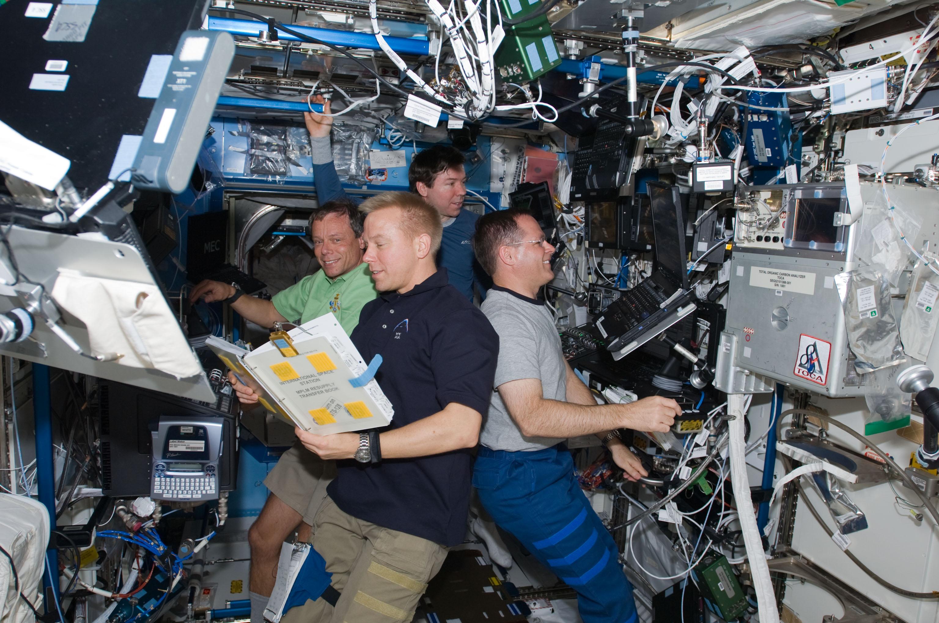 La vita degli astronauti all 39 interno dell 39 iss curiosit e for Disegni base della cabina