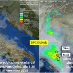 """Figura 3: Il percorso della perturbazione Cleopatra ricostruito con i dati del radar della protezione civile nazionale che già dalla mattina del giorno 18 novembre 2013 evidenziava le aree maggiormente interessate dalle precipitazioni piovose. Fin dal giorno precedente era stato evidenziato il percorso da sud a nord della perturbazione. L'evento piovoso del giorno 18 ha confermato in pieno le previsioni del bollettino diramato il giorno 17 dalla Protezione Civile Nazionale: """"...venti di burrasca sud-orientali...e precipitazioni, anche a carattere di rovescio o temporale, sulla Sardegna, specie sui settori orientali e meridionali. I fenomeni potranno dare luogo a rovesci di forte intensità..."""". Tale preavviso di macroarea avrebbe dovuto essere dettagliato e aggiornato dal sistema di monitoraggio locale in tempo reale in modo da attivare piani di protezione civile di bacino idrografico, intercomunali e comunali. In pratica il sistema di monitoraggio doveva tenere sotto controllo in tempo reale quanto stesse accadendo nell'ambito dei vari bacini idrografici da monte a valle, in modo particolare nei bacini nei quali sono presenti invasi artificiali in quanto era prevedibile che un nuovo e ingente volume di acqua si sarebbe riversato nei laghi artificiali creando serie problematiche relative alla sicurezza degli sbarramenti e delle sottostanti aree di fondovalle."""
