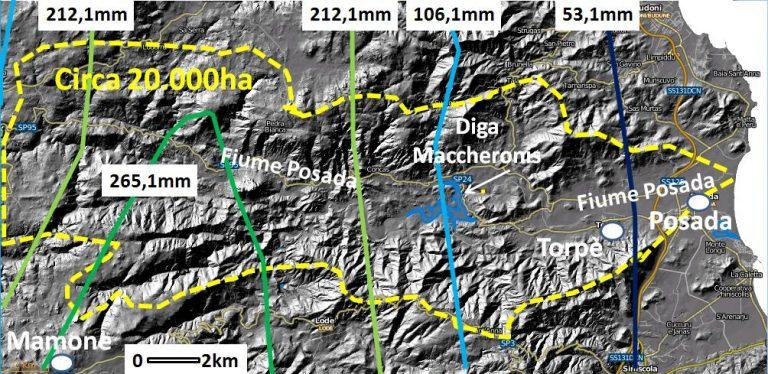Figura 4: Le precipitazioni  piovose del giorno 18 novembre 2013, ricostruite dalla Regione Sardegna, nel bacino idrografico del fiume Posada (linea gialla tratteggiata). Il massimo è stato registrato dal pluviometro di Mamone, ubicato circa 17 km a monte della diga di Maccheronis, nella parte alta del bacino, con oltre 265 mm in circa 10 ore. La notevole acqua precipitata al suolo in poche ore ha innescato potenti flussi lungo i versanti e i fondo valle, con un potere erosivo tale da sradicare alberi d'alto fusto. Decine di milioni di metri cubi di acqua si sono riversati nel bacino artificiale di Maccheronis, che ha una capacità d'invaso di 25 milioni di metri cubi, determinando la tracimazione della diga e l'invasione della sottostante pianura alluvionale fino al mare.